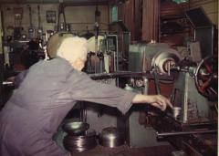 海外視察・カナダ[1976年]・熟練技術者がステンレスの2tを絞っている所