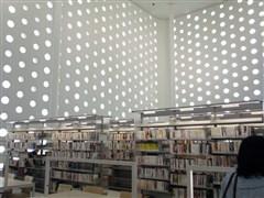 実績紹介・金沢海みらい図書館・真っ白な外観と約6千個の丸窓